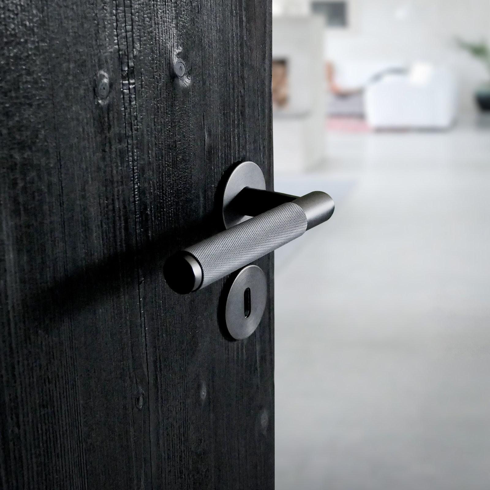 innerdörr-shou-sugi-ban-dörrhandtag-buster-punch